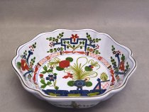 "Centerpiece or fruit bowl hand decorated in traditional Faenza style ""Garofano"""