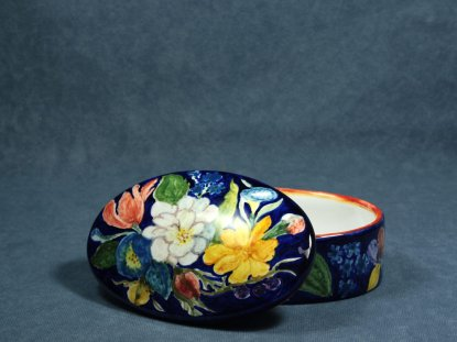box decorated with flowers, open, artistic ceramics La Vecchia Faenza